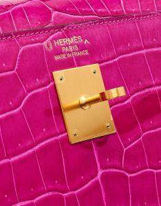Gold-plated hardware of a pre-loved Hermès Kelly 35 HSS Crocodile Porosus Rose Scheherazade / Aubergine on SACLÀB