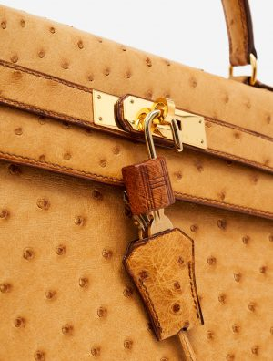 Hardware detail of a pre-loved Hermès Kelly 32 Ostrich Gold on SACLÀB