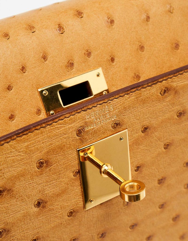 Gold-plated hardware of a pre-loved Hermès Kelly 32 Ostrich Gold on SACLÀB